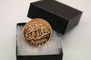 Demi penny tie pin / broche / Badge anniversaire pièce de choix de date 1928-1967 boxed