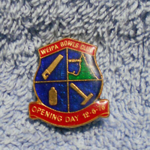 D498-1976-WEIPA-BOWLING-CLUB-LAPEL-BADGE-OPENING-DAY