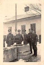 Deutsche Soldaten am Brunnen bei Reval / Tallinn Estland
