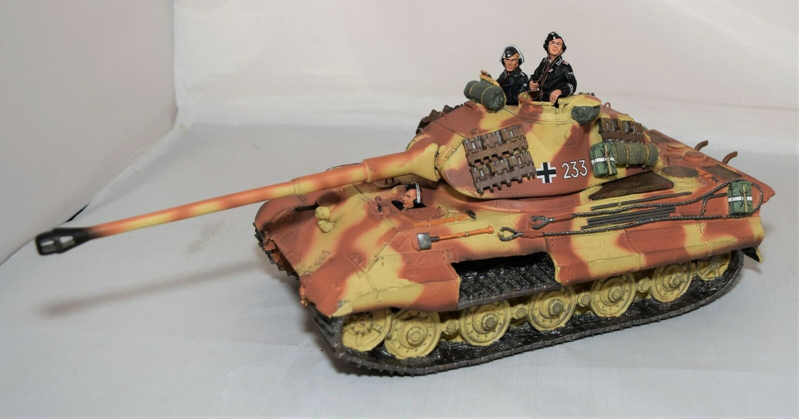 KING AND COUNTRY KING TIGER TANK & CREW - WWII GERMAN FORCES 1 30 SCALE