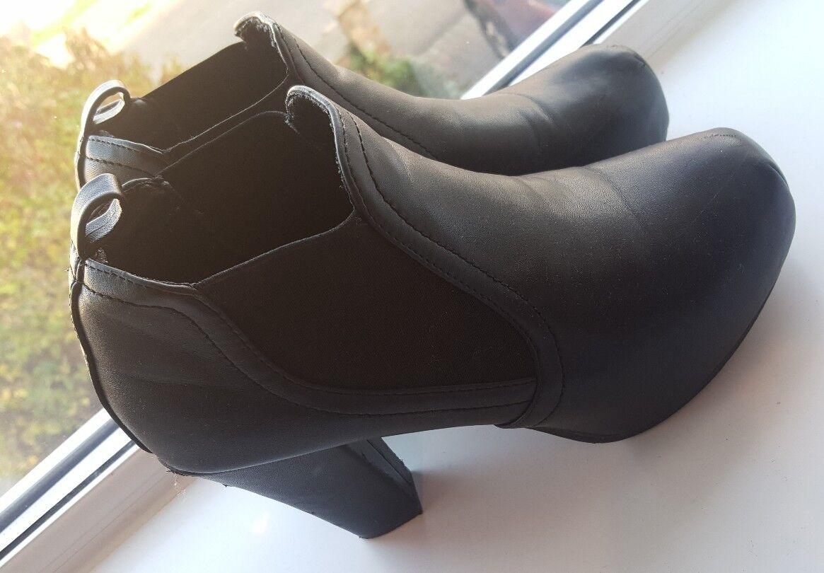 Moda jest prosta i niedroga No doubt black boot heels. Size 4