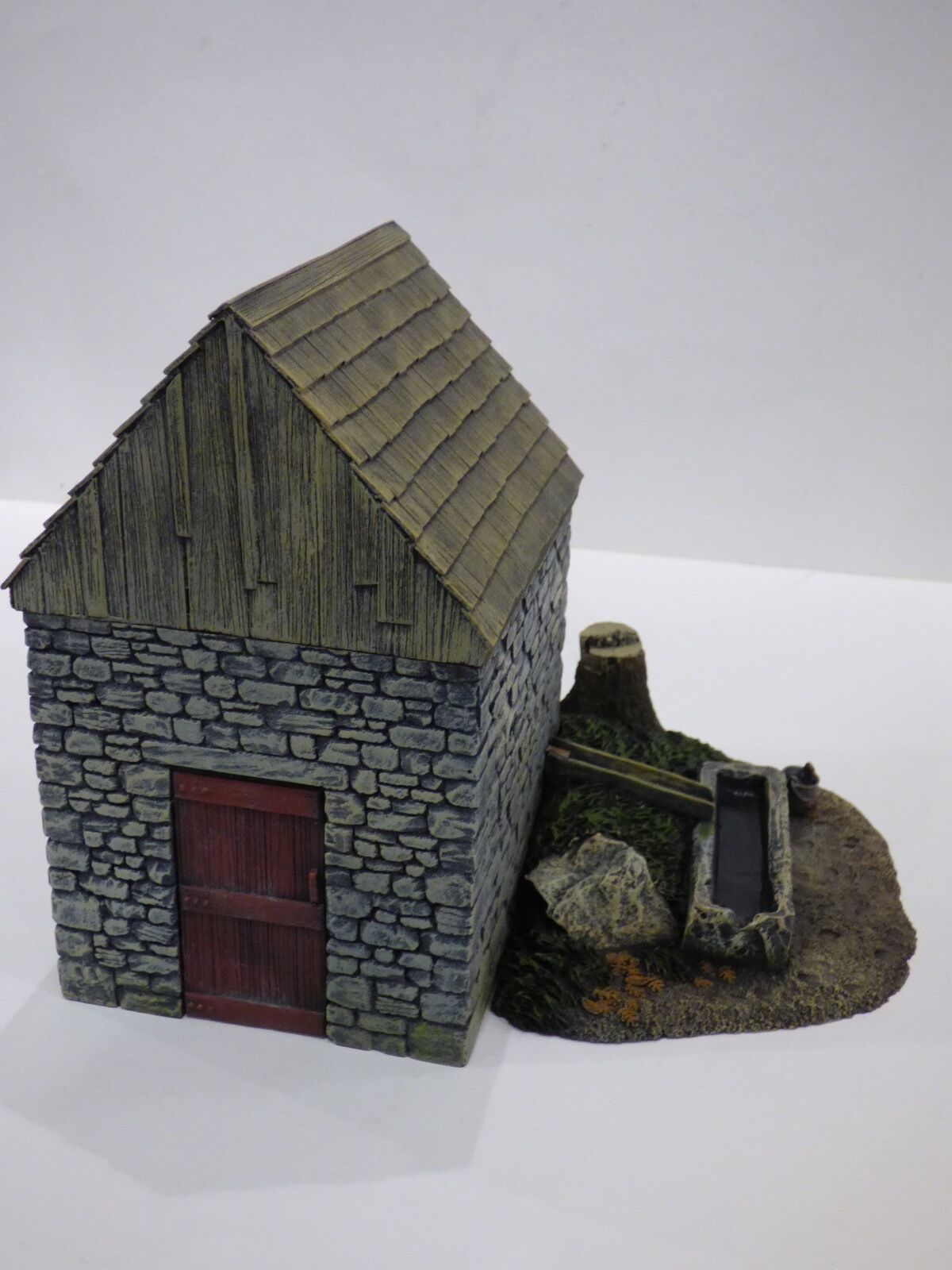 BRITAINS ACW 17717.  VALLEY SERIES, SPRINGHOUSE WITH TROUGH AND STUMP.