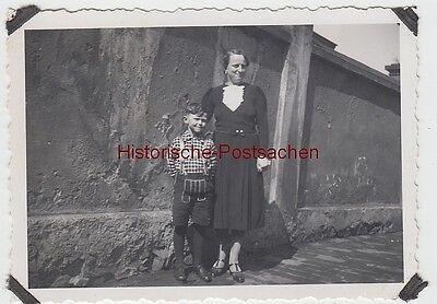 (f10300) Orig. Foto Frau U. Kleiner Junge An Der Mauer 1930er Weder Zu Hart Noch Zu Weich