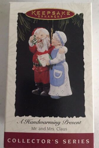1994 A Handwarming Present Hallmark Ornament Mr /& Mrs Claus Series #9