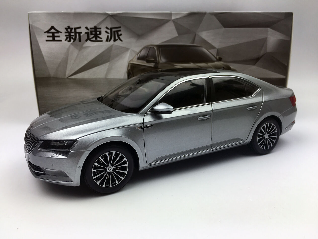 1 18 Volkswagen Nuevo Excelente 2016 grigio Diecast Metal Modelo de coche