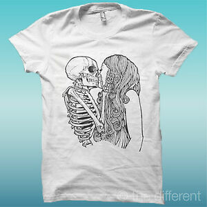 T-SHIRT-SCHELETRO-BACIA-RAGAZZA-SKULL-KISS-THE-HAPPINESS-IS-HAVE-MY-T-SHIRT-NEW