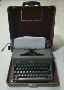 VINTAGE ROYAL QUIET DE LUXE PORTABLE MANUAL TYPEWRITER WITH CASE