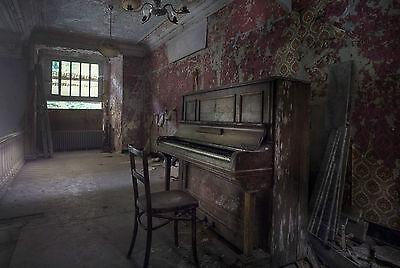 Picture Poster Music Art Run Down Old Piano Estela /& Bernareggi Framed Print