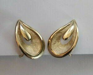 60s Vintage TRIFARI Textured /& Shiny Gold Plated Dangle Clip On Earrings