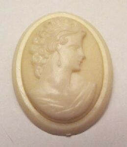 broche-bijou-vintage-camee-buste-de-femme-en-relief-couleur-beige-A01