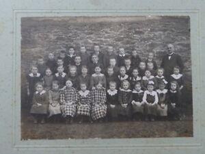 Altes-Foto-mit-eine-Schulklasse-Schueler-und-Lehrer-Aufgezogen-Fotogroesse-12x17cm
