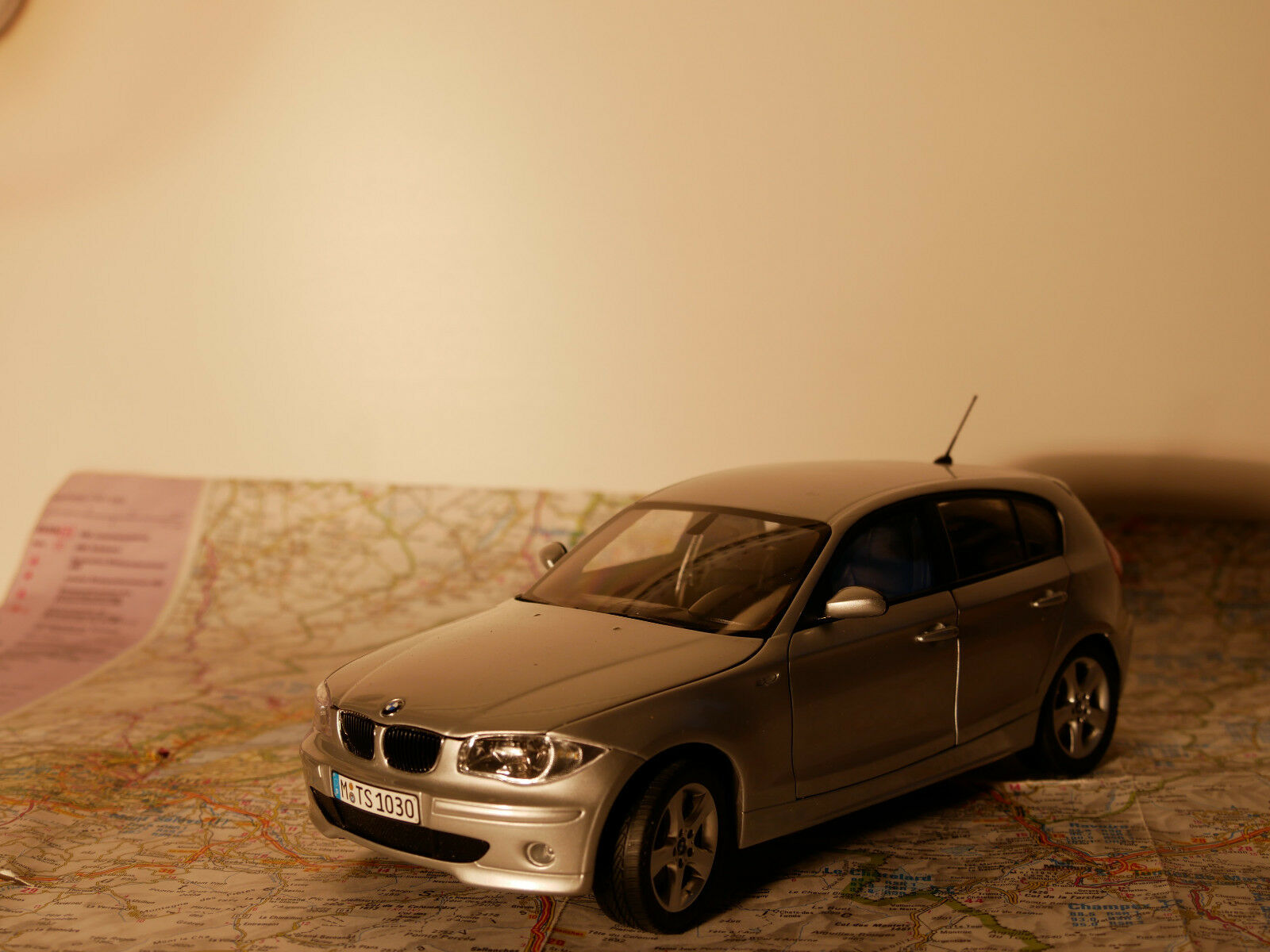 KYOSHO BMW 1-ER SILBER ART.80430308602  BWM - DEALER- VERSION + BOX  1:18  NEW