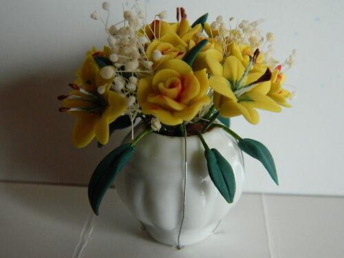 G3.5 échelle 1//12th Maison de Poupées assorties fleurs jaunes disposées dans un vase