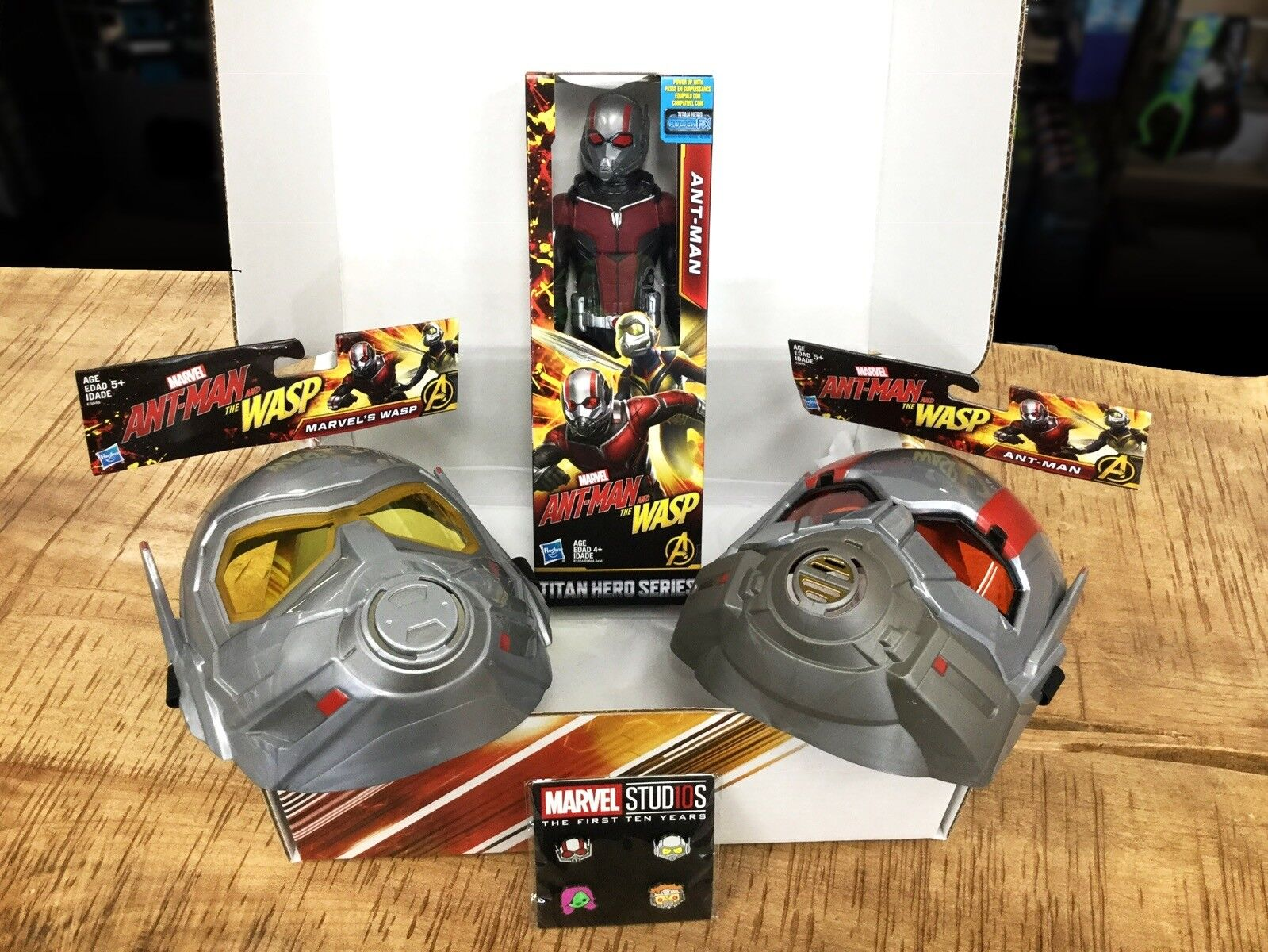 Ant Man and The Wasp Exclusive Hunt Collectors Box w Mask Action Figure Pin Set
