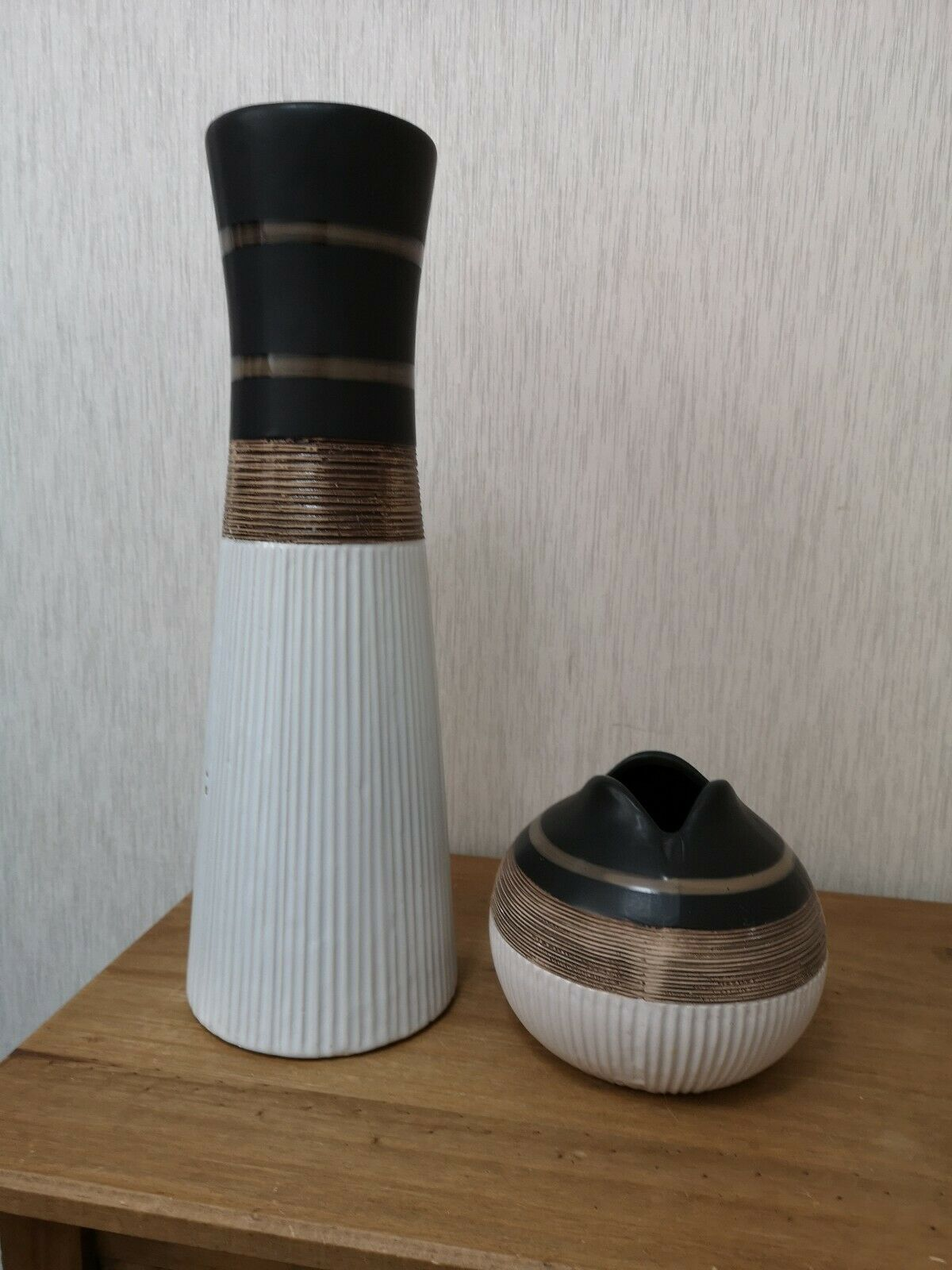 2 braun Cream Glazed Ceramic Pottery Stripe RibBett Vases Pots 1 Large 1 Small