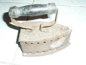 Ancien-fer-a-repasser-a-charbon-art-populaire-deco-vintage