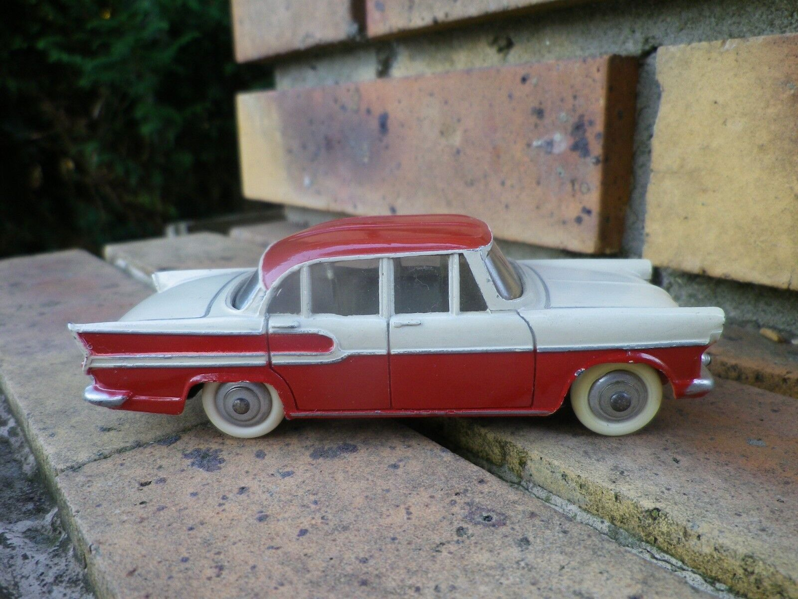 Dinky france 24k simca chambord 1959 like new, without box, see photos.