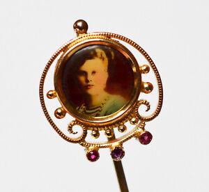 Ernst Krawattennadel Anstecknadel Vergoldet Rubine Portrait Dame Lady Um 1900 L 6,2 Cm
