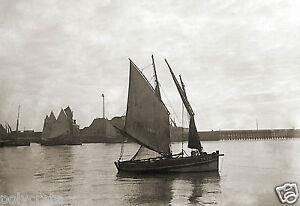 Photo-Ancienne-Bretagne-Bateau-Voilier-Sortie-du-Port-Mer-repro-deb-XXe