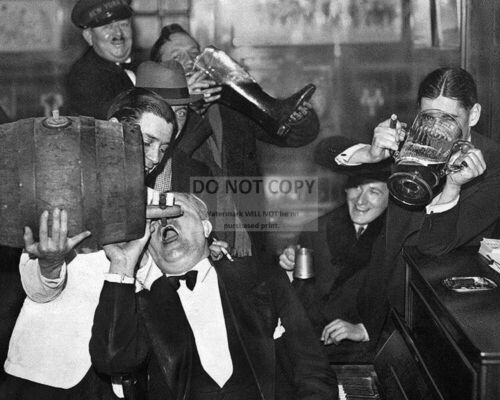 REVELERS CELEBRATE THE END OF PROHIBITION IN 1933-8X10 PHOTO RT376