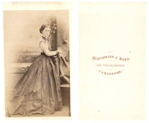Schuhman-et-Sohn-Une-dame-prend-la-pose-CDV-vintage-albumen-carte-de-visite