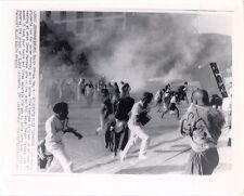 1987 PHOTO JOHANNESBURG, SOUTH AFRICA, UNIVERSITY STUDENTS FLEE TEARGAS