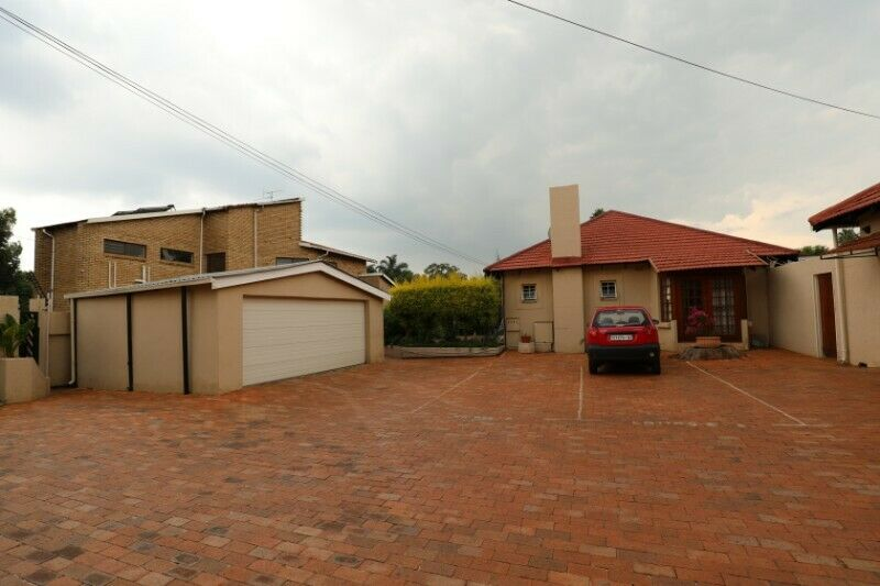 Modern Secure 3 Bedroom home Spacious Family room Lounge & dining room onto Covered Patio