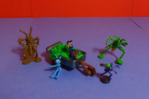 A-Bug-039-s-Life-the-Ants-race-into-Battle-2-1-Combat-Vehicles-amp-6-5-Figures