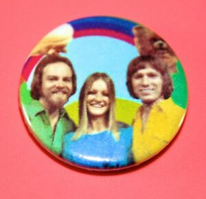 RAINBOW ROD JANE AND FREDDY CHILDRENS TV PRESENTERS BUTTON PIN BADGE
