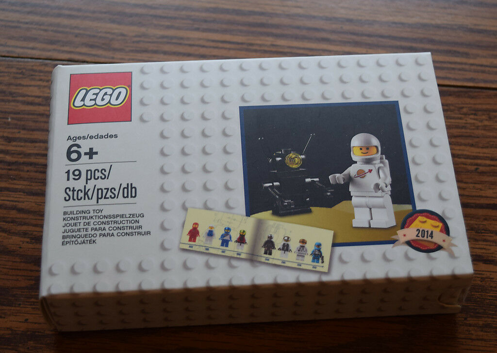 LEGO  Minifigure Retro Set 2014 2014 2014 Classic Astronaut and Robot with Book 5002812 636748