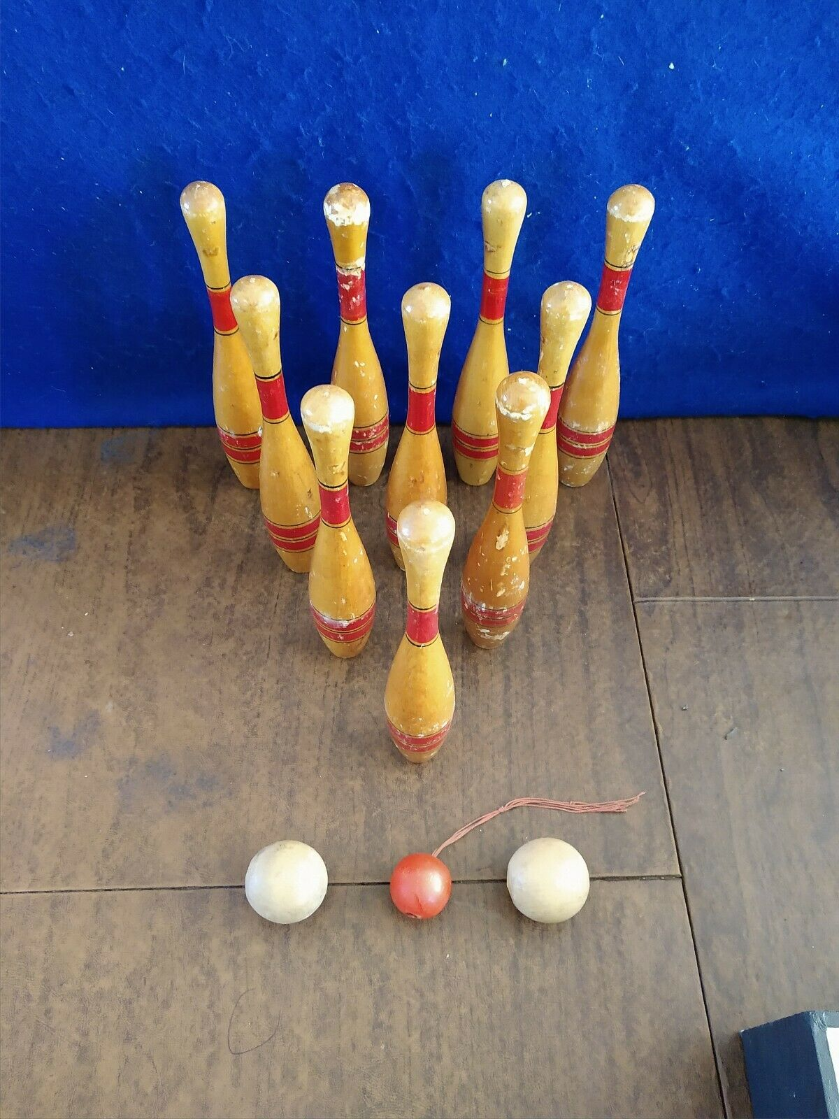 VINTAGE 10 PIN WOODEN BOWLING PINS 10   AND WOOD BALLS MINIATURE BOWLING GAME