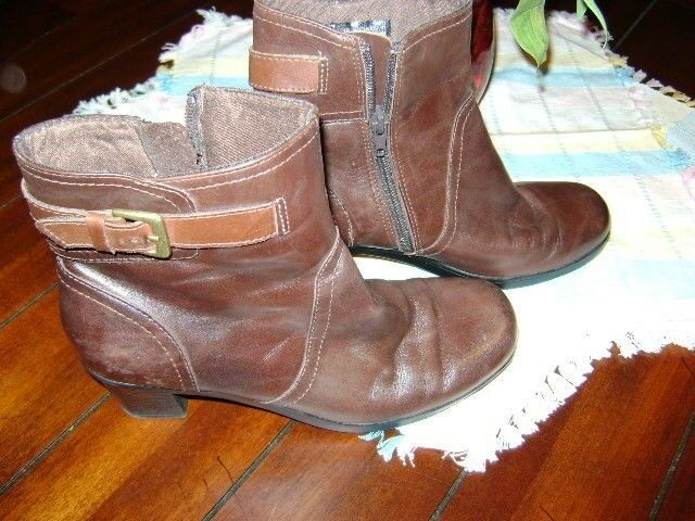 CLARKS BROWN SUPER SOFT LEATHER ANKLE ZIP BOOT 8 M  EUC