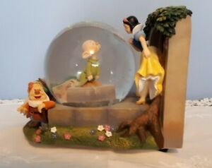 Disney-Snow-White-And-The-Seven-Dwarfs-Musical-Snow-Globe