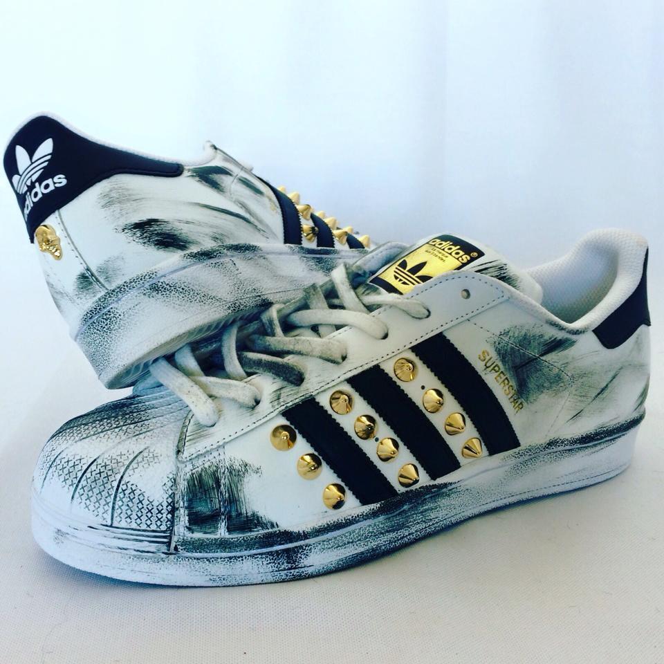 scarpe oro adidas superstar con borchie oro scarpe e spruzzatura nera ced60b