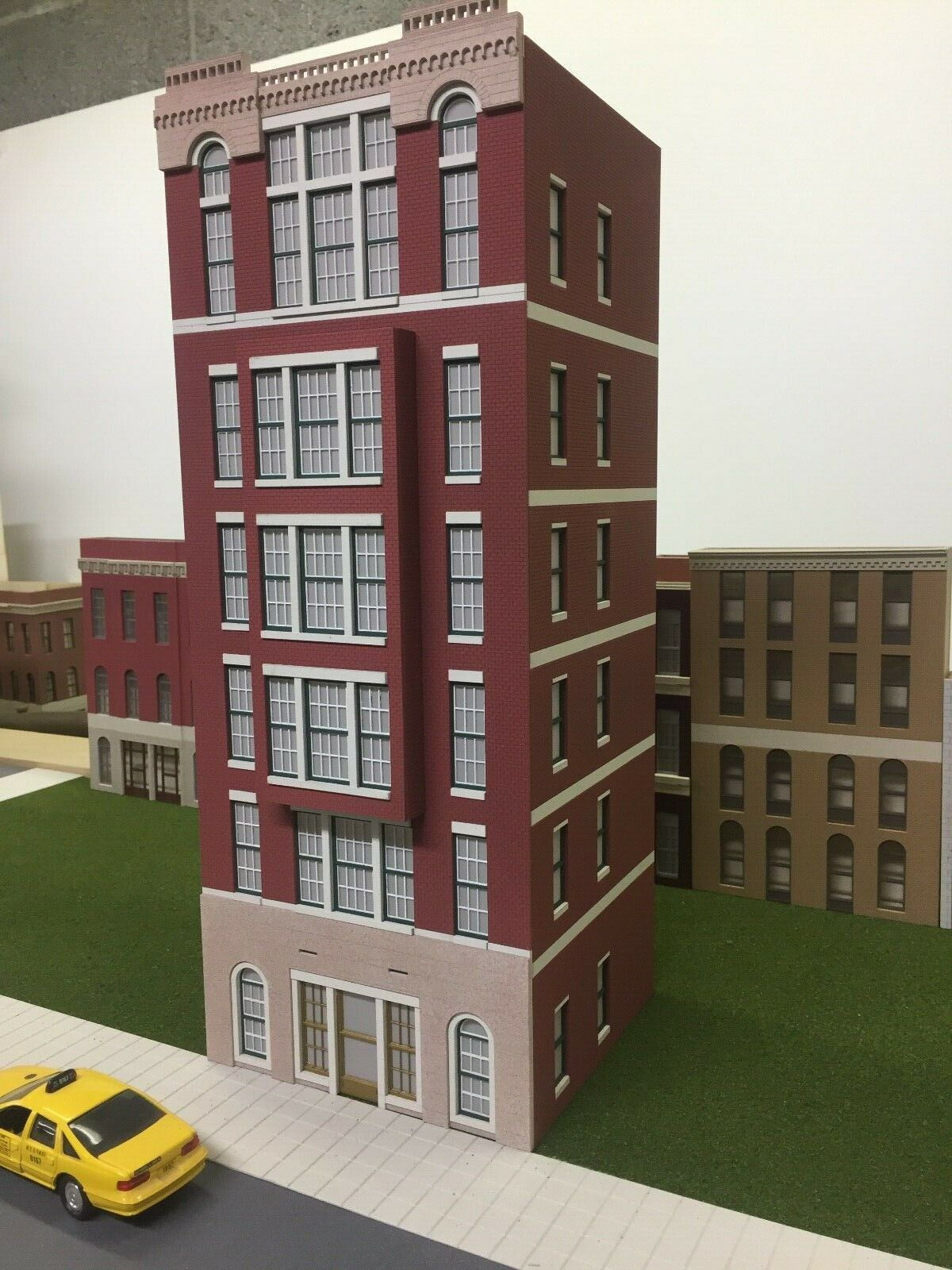 O Scale Layout Building Cameron Apartments 6-Story Lit, CS-01-6030-BAY-WR-B2