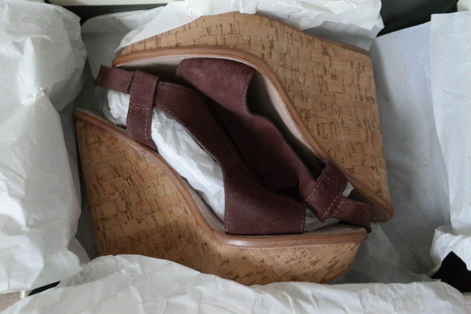 Talla 10B, cuero, marrón claro, zapatos cuneiformes diseñados por Elizabeth y James.