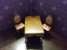 2 Geoplsterte Stühle und ein Tisch in braun Holz