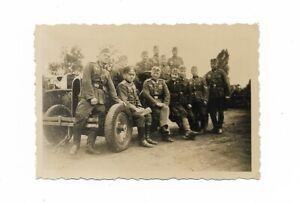 Foto-Soldatengruppe-in-Uniform-Muetze-LKW-Gelaende