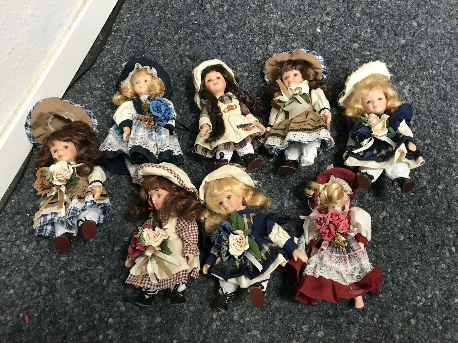 8 Puppen je. ca. 22 cm. Porzellan. Top Zustand