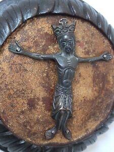 Christ en bronze, encadrement en bois massif