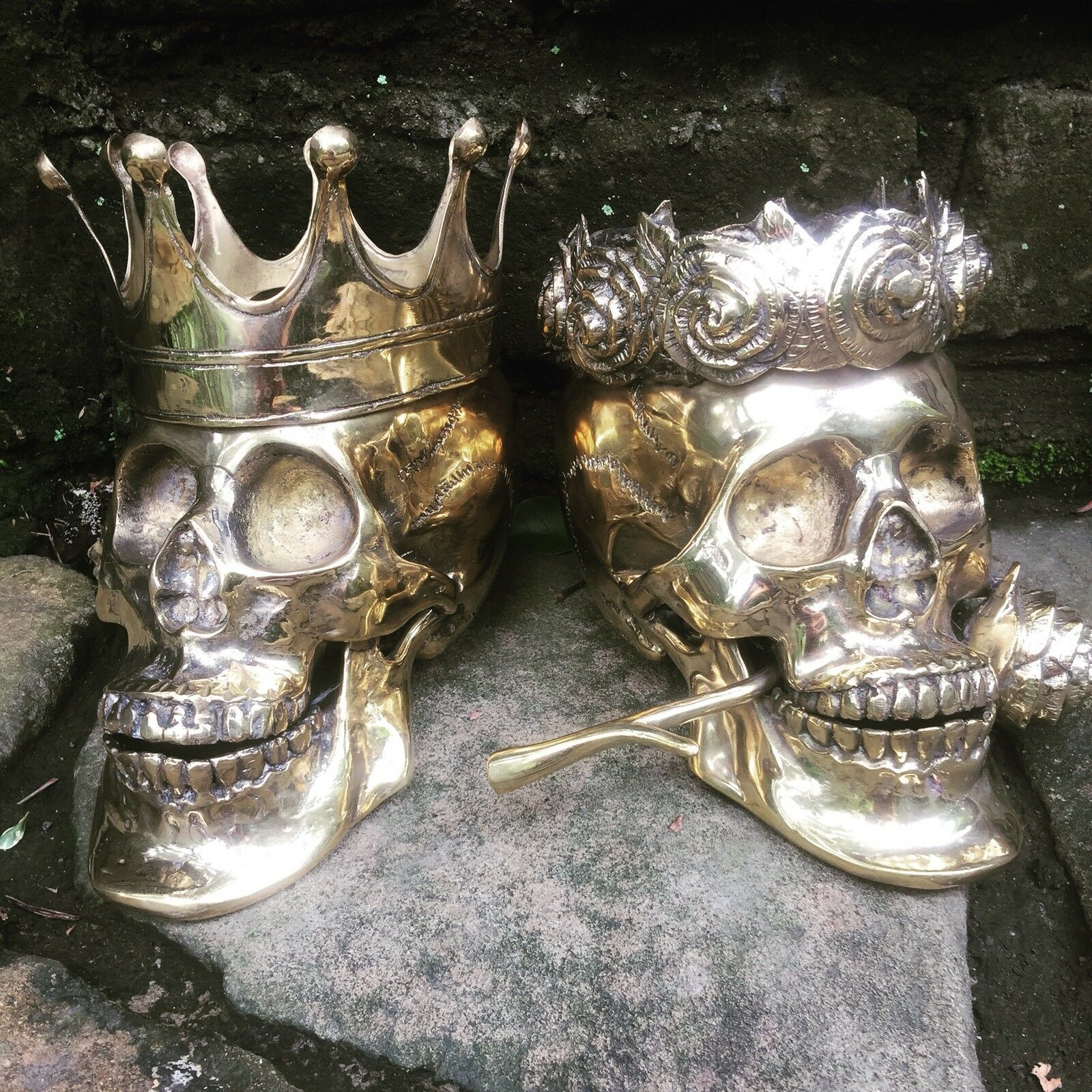 SET 2 NEW HAND CRAFTED BRASS BRASS BRASS METAL SKULL COLLECTABLES DAY DEAD KING QUEEN CROWN 18cd5c