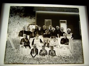 ANTIQUE-8-034-X-034-10-034-GLASS-PHOTOGRAPH-NEGATIVE-OF-LARGE-FAMILY-OUTSIDE-OF-HOUSE