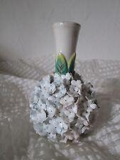Petit vase ancien en porcelaine avec très petites pétales