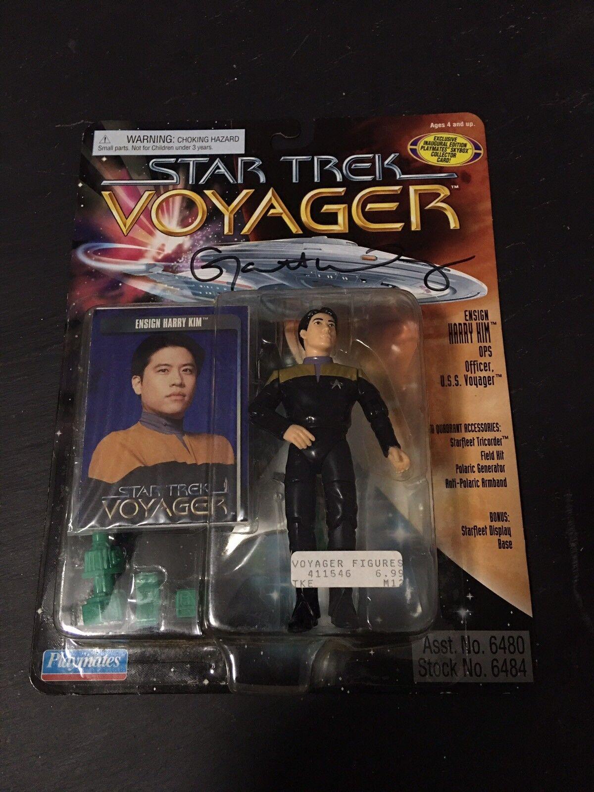 Star - trek - action - figur  harry kim     von schauspieler garrett wang unterzeichnet.