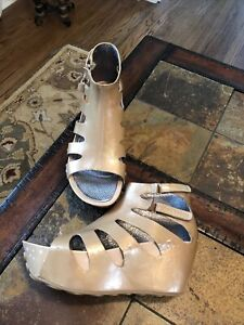 TSUBO Beige Patent Leather Wedge Sandals Womens Sz 6.5