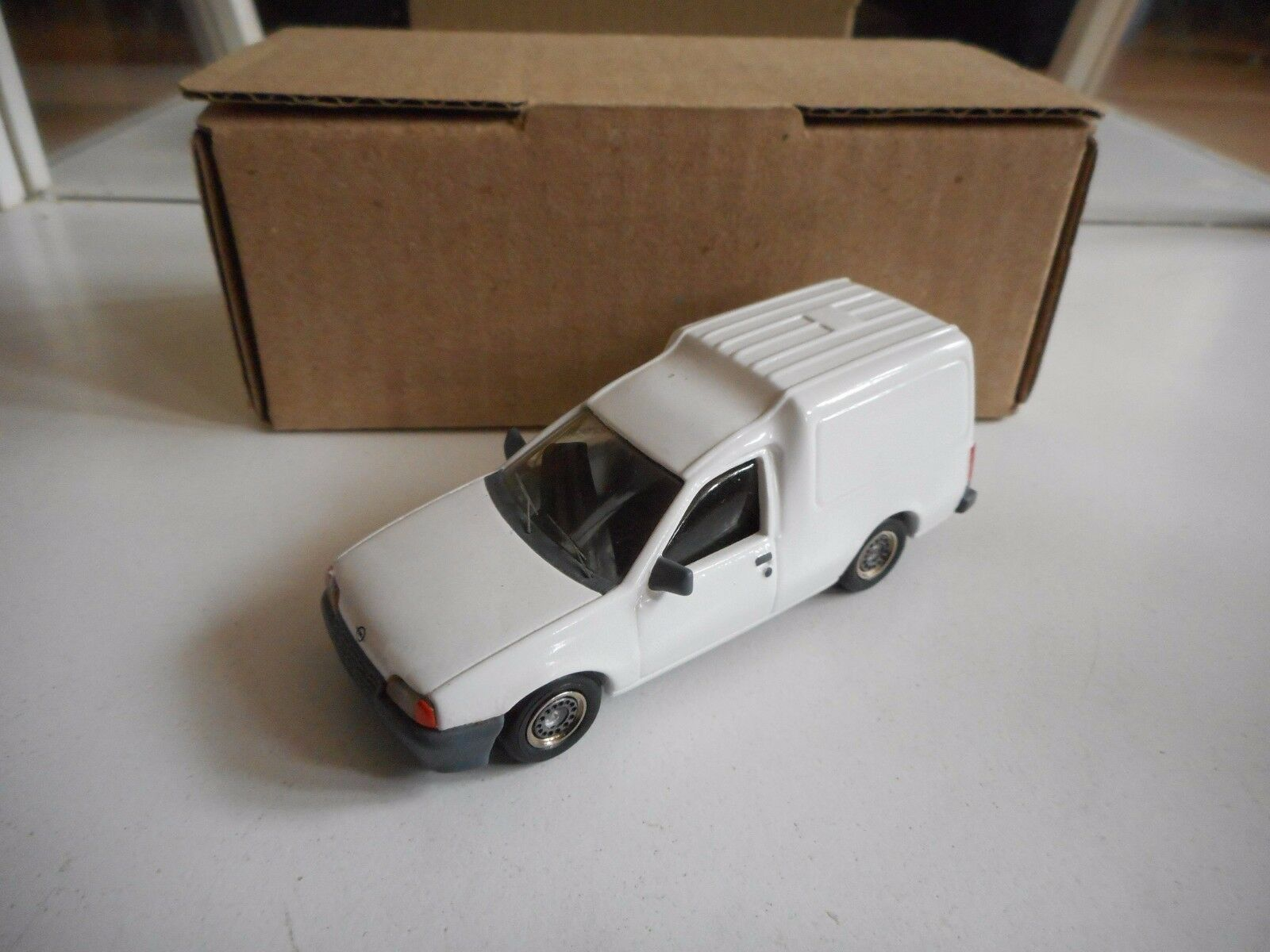 Hostaro Opel Kadett Combo in bianca on 1 43 in Box