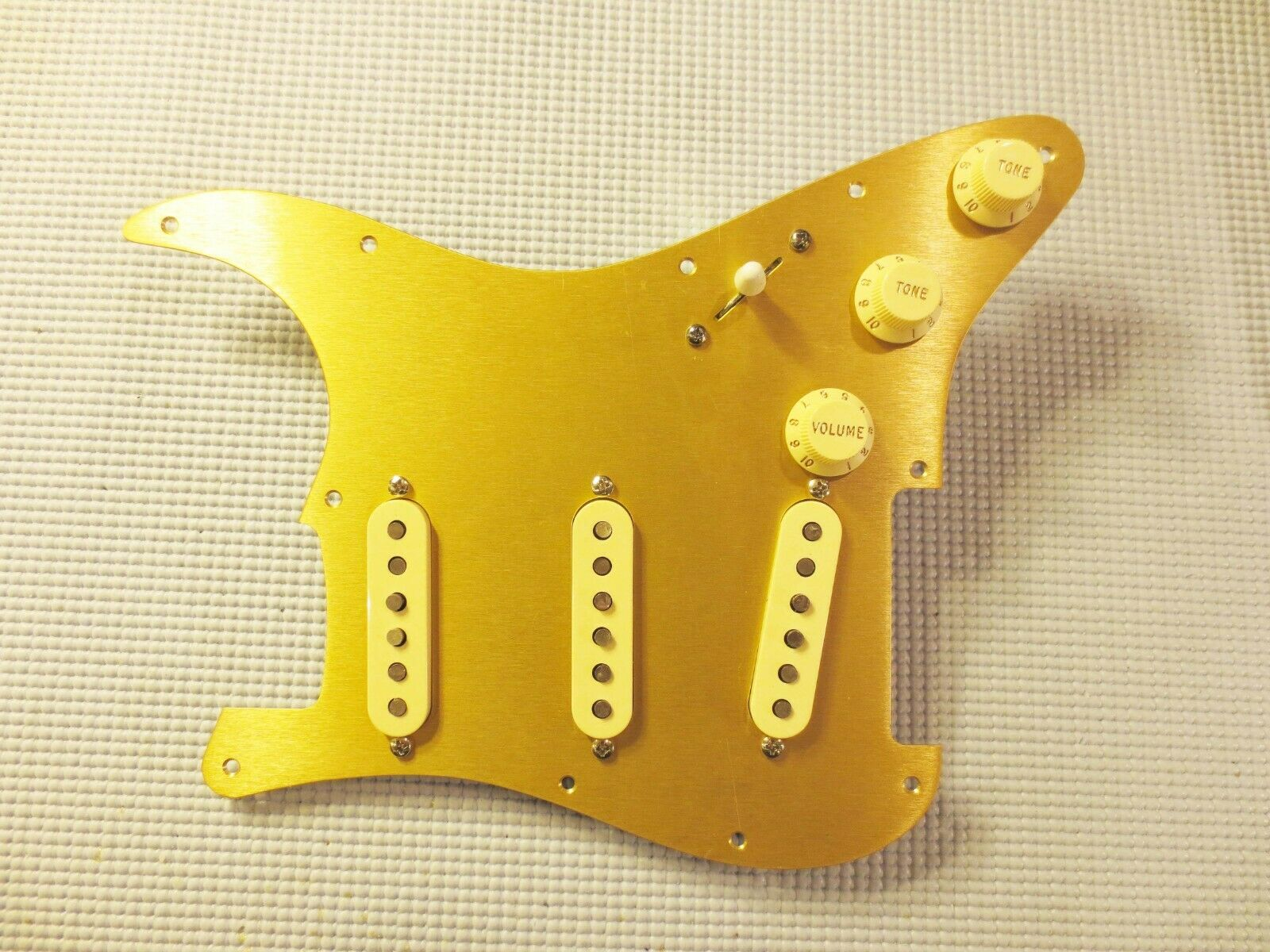 Fender Original 57 62 Pickup geladen Strat Pickguard Age Cream on Gold Anodised