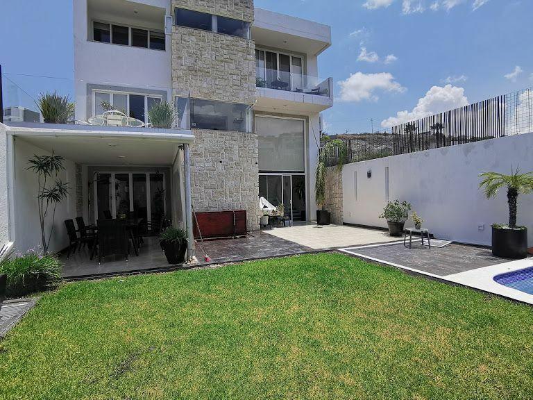 Casa en desniveles en venta en Real de Juriquilla, 3 recamaras, jardín, sotano