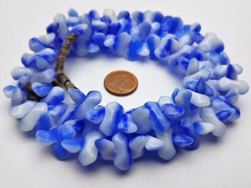 Strang 64 cm böhmische Glasperlen blau weiße ineinandergreifende Doppelzunge