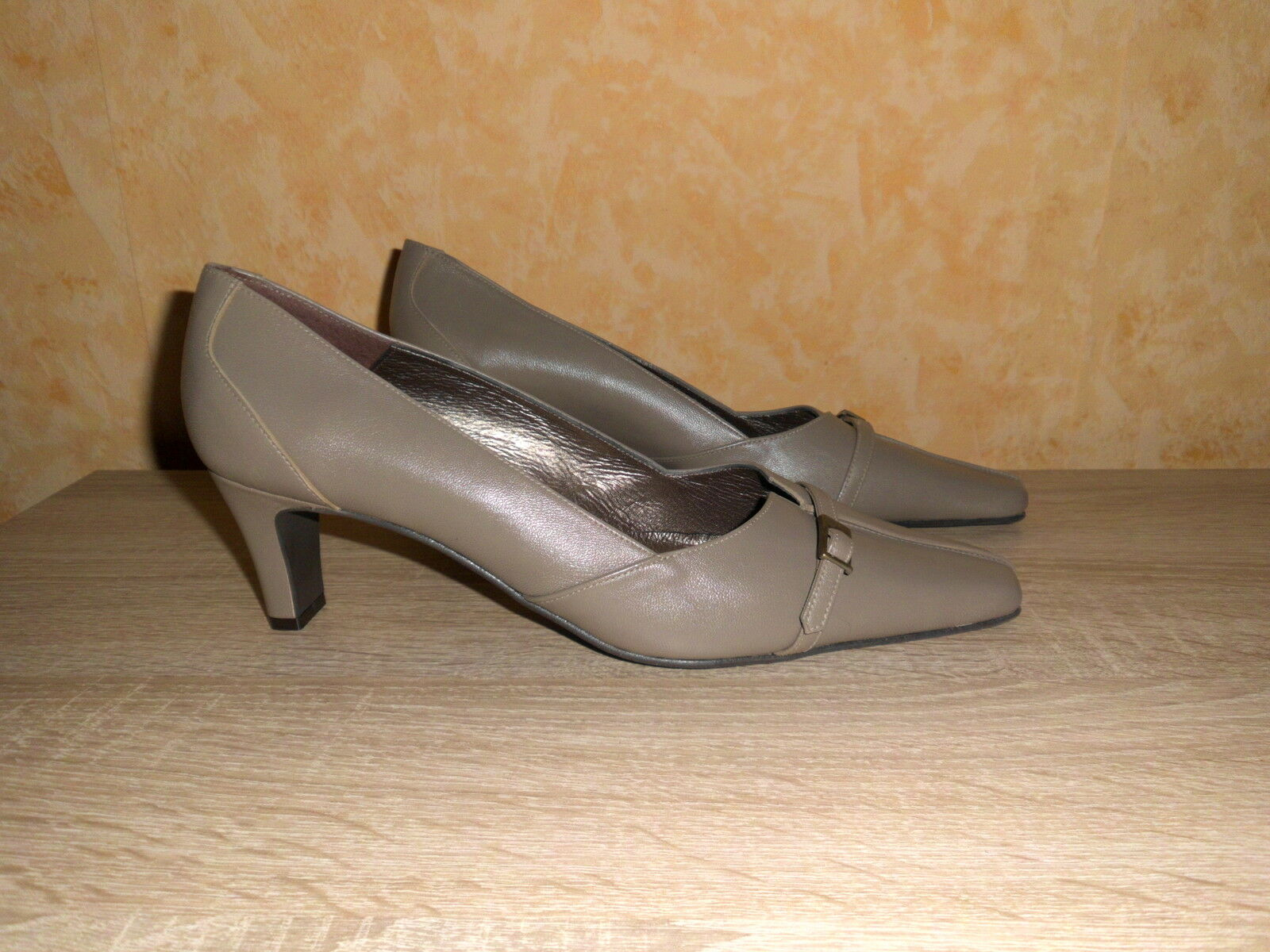 Feminine Pumps by UNO DUE TRE New Size 42 F in Taupe & Nappa Leather Watch